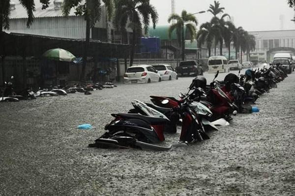 ชุมพรฝนตกหนักหลายชั่วโมง ระบายไม่ทันเอ่อท่วมย่านการค้า-สถานศึกษา