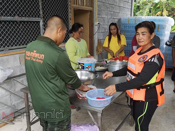 ทหารจัดหน่วยแพทย์พร้อมครัวพระราชทานเข้าช่วยชาวรัษฎาที่ประสบปัญหาน้ำท่วมหนัก