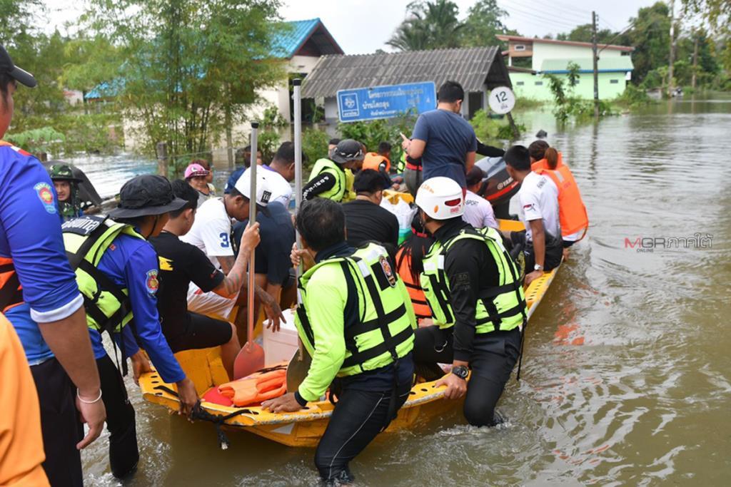กู้ภัยพัทลุงเร่งนำข้าวกล่องส่งช่วยเหลือชาวบ้านริมทะเลสาบ หลังถูกตัดขาดจากภายนอก