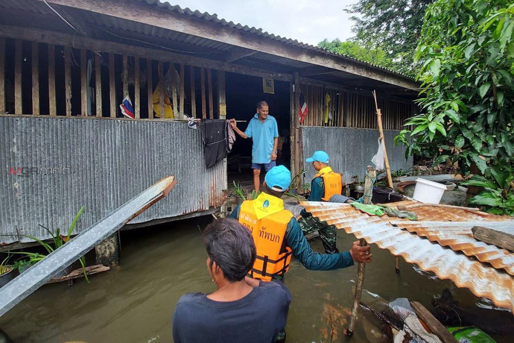 ชาวบ้านริมทะเลสาบสงขลายังเดือดร้อนหนักจากน้ำท่วม ทหาร-อบต.เร่งช่วยขนของหนีน้ำ