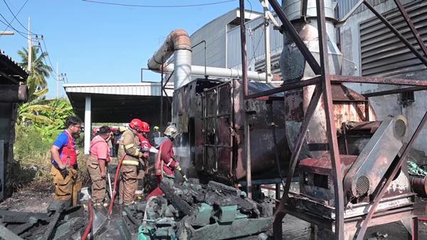 พระเพลิงผลาญโรงงานพาเลทพลาสติก โชคดีระงับเพลิงได้ทันแต่เสียหายนับล้าน