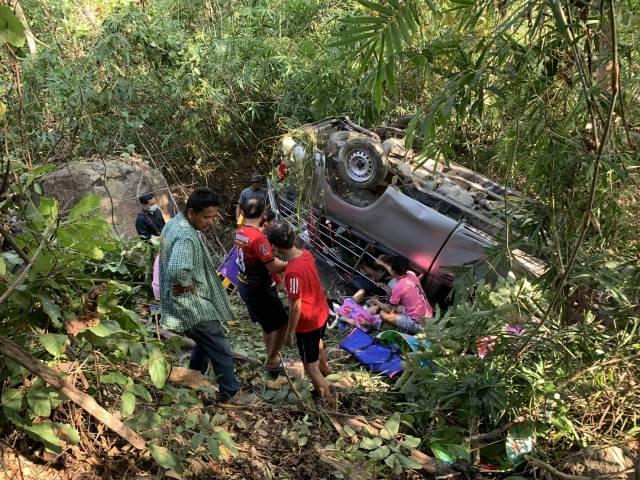 หวิดดับหมู่!กระบะพาแรงงานพม่าขึ้นดอยเที่ยวบ้านรักไทย พุ่งตกเขาพลิกคว่ำเจ็บยกคัน