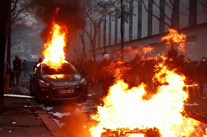 ดุเดือด!ม็อบปะทะตำรวจฝรั่งเศส เผารถ-ปล้นสะดมระหว่างประท้วงต้านเจ้าหน้าที่ใช้ความรุนแรง(ชมคลิป)