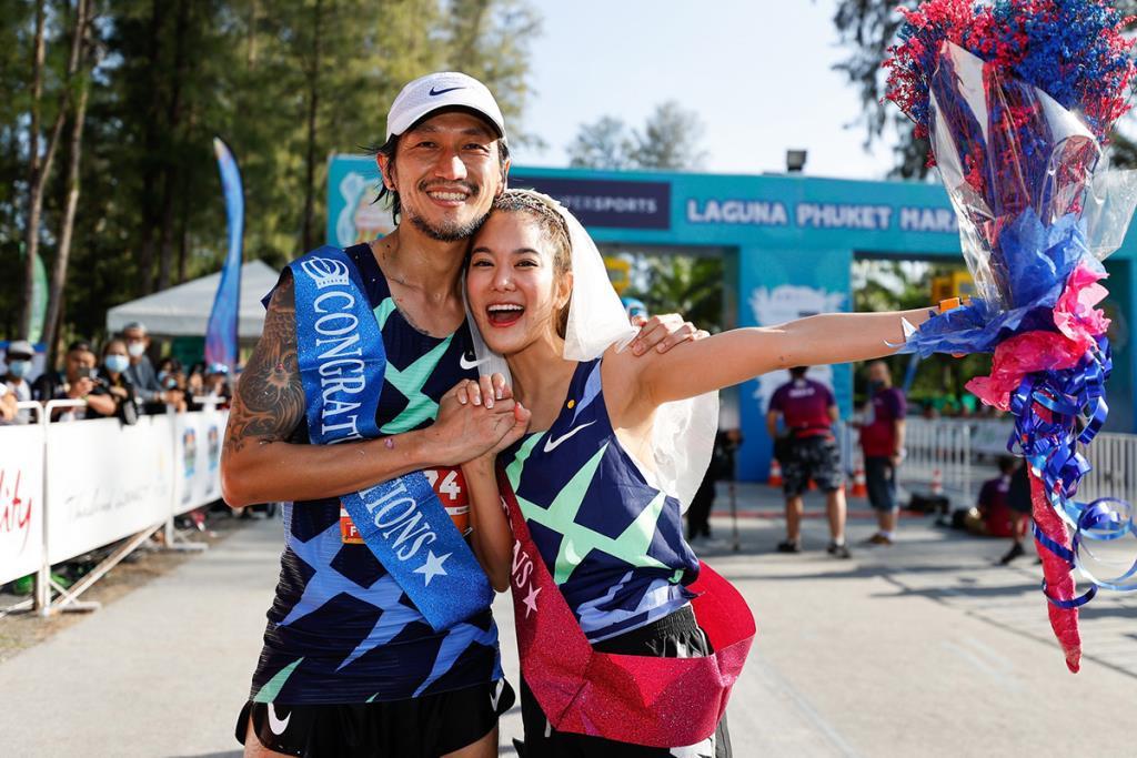 """""""พี่ตูน-ก้อย"""" ประเดิมฮันนีมูนแรก นักวิ่งคับคั่งกว่า 8,000 คนร่วม """"วิ่งมาราธอนซูเปอร์สปอร์ตลากูน่าภูเก็ต"""""""