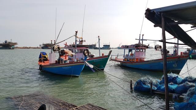 เพชรบุรี -  เกิดเหตุเรือประมงพื้นบ้าน 2. พ่อลูกสูญหายกลางทะเลยังไร้วี่แวว คาดคลื่นลมแรงซัดเรือล่ม