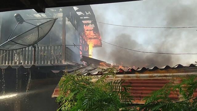 ไฟไหม้รับวันหยุด เผาบ้าน 2 หลังโชคดีระงับทันก่อนลุกลามบานปลาย