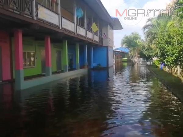 โรงเรียนในพื้นที่อำเภอริมทะเลสาบสงขลาหลายแห่งยังเปิดเรียนไม่ได้เหตุยังมีน้ำท่วมขัง