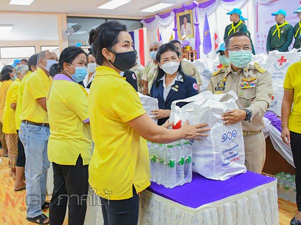 สภากาชาดไทยมอบถุงยังชีพชุดธารน้ำใจแก่ผู้ประสบภัยน้ำท่วมที่พัทลุง