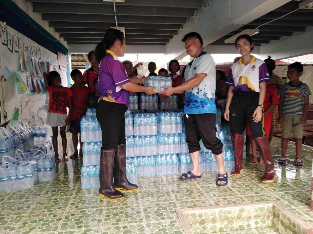 ทหารและผู้ใจบุญเร่งนำน้ำดื่มสะอาดให้นักเรียนโรงเรียนบ้านหัวป่าเขียวที่ยังมีน้ำท่วมขัง