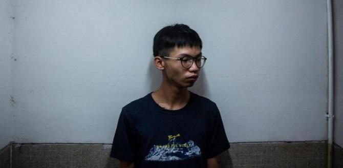 """หมดอนาคตอีกราย! ศาลพิพากษาวันนี้วัยรุ่นฮ่องกงดูหมิ่นธงชาติจีน ส่อติดคุกตาม """"โจชัว หว่อง"""""""