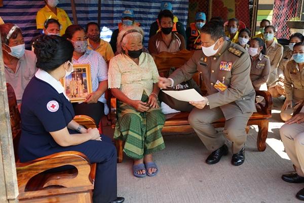 ในหลวง ร.10 ทรงโปรดเกล้าฯให้องค์มนตรีมอบสิ่งของพระราชทานช่วยผู้ประสบภัยน้ำท่วมสุราษฎร์ธานี