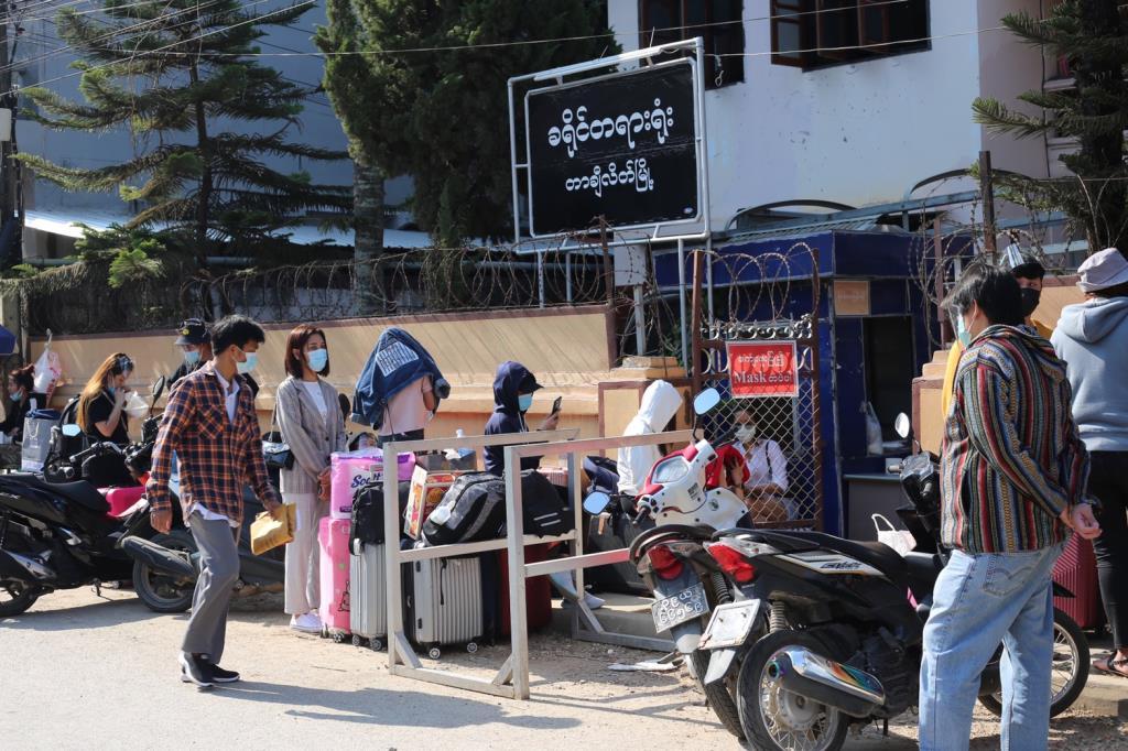 มาแล้ว!พม่าส่งตัวคนไทยตกค้างท่าขี้เหล็กข้ามฝั่งกว่าร้อย พบติดโควิดฯ 5-เสี่ยงอีก 13