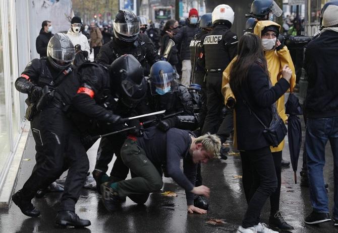 ปารีสเดือด!ตำรวจฝรั่งเศสปะทะผู้ชุมนุม ใช้ตะบองไล่ทุบ ยึดได้เพียบทั้งประแจและไขควง(ชมคลิป)
