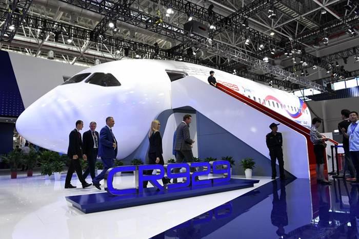 แฟ้มภาพซินหัว : ต้นแบบเครื่องบินโดยสารลำตัวกว้าง รุ่นซีอาร์929 ถูกจัดแสดงในเมืองจูไห่ มณฑลกว่างตงทางตอนใต้ของจีน วันที่ 7 พ.ย. 2018