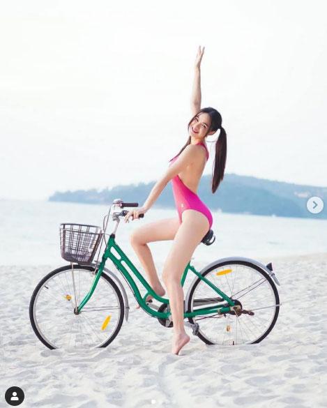 """ใจสะท้านทั้งหาด เมื่อ """"กวาง วรรณปิยะ"""" สวมวันพีซเว้าสูงออกมาปั่นจักรยานยั่วๆ"""