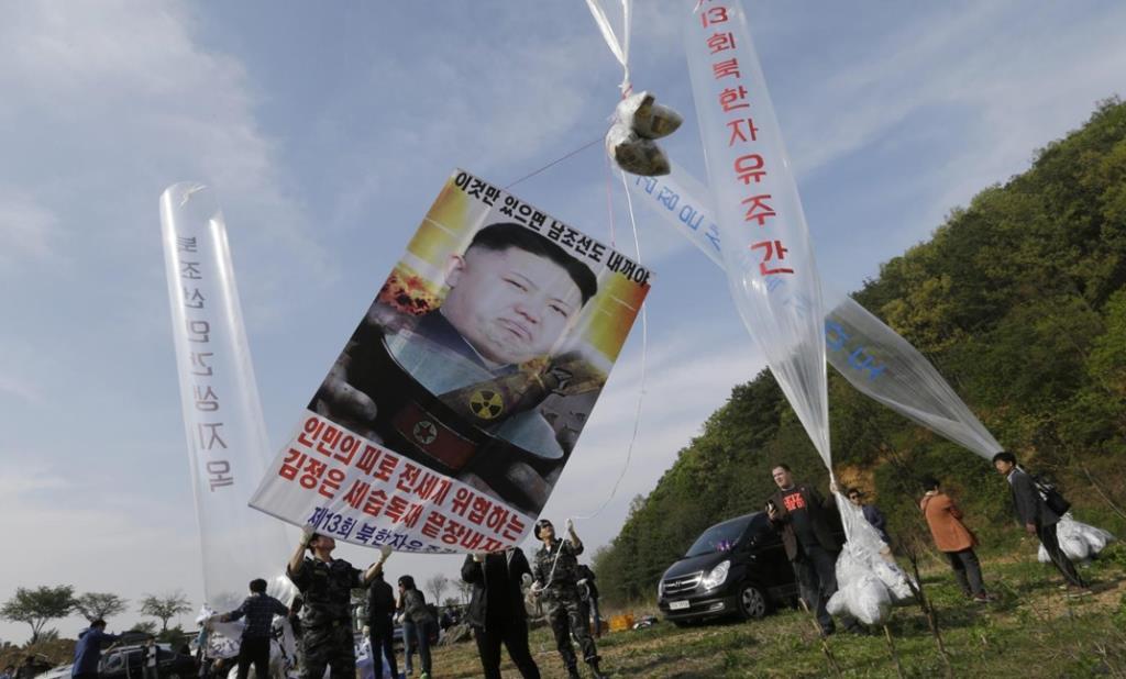 """In Clip: เอาใจเปียงยาง! """"สภาเกาหลีใต้"""" อนุมัติผ่านกฎหมายงห้ามนักเคลื่อนไหว """"โปรยใบปลิวข้ามแดน"""" เข้าเกาหลีเหนือ"""