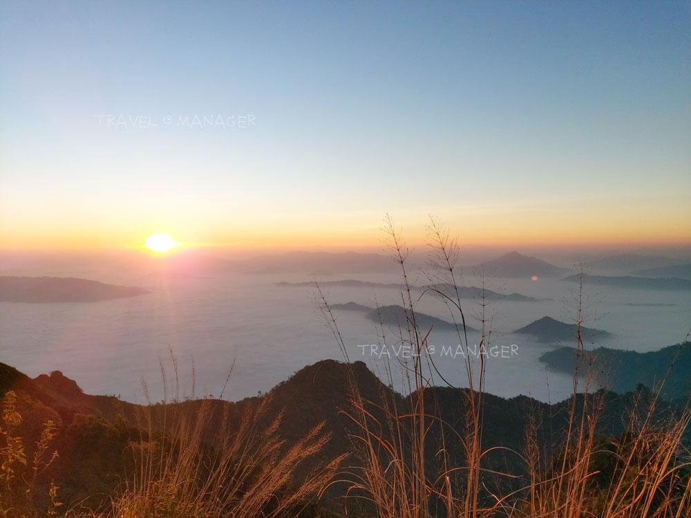 พระอาทิตย์ยามเช้าโผล่มาทักทายพร้อมทะเลหมอกบนภูชี้ดาว