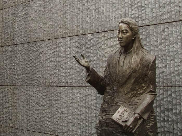 รูปปั้น ไอริส จาง ชาวอเมริกันเชื้อสายจีน ผู้เขียนหนังสือ The Rape of Nanking  ในอนุสรณ์สถานผู้เสียชีวิตในเหตุการณ์สังหารหมู่ที่นานกิงโดยผู้รุกรานชาวญี่ปุ่น (Memorial Hall of the Victims in the Nanjing Massacre by Japanese Invaders) (ภาพจากวิกิพีเดีย