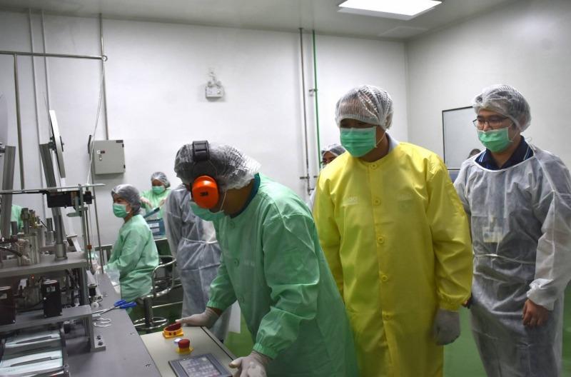 สธ.เปิดสายพานผลิตหน้ากากอนามัย เผยกำลังผลิตได้ 1 ล้านชิ้นต่อเดือน ทั้งใช้เองและให้คนไทยใช้ในราคาถูก