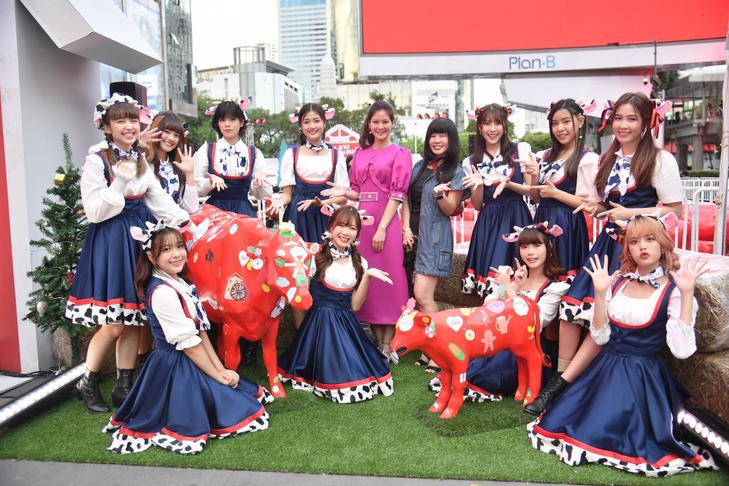 """11 เมมเบอร์ BNK48 เสิร์ฟแลนด์มาร์กแห่งความสุข """"Milk Land COW PARATE"""""""