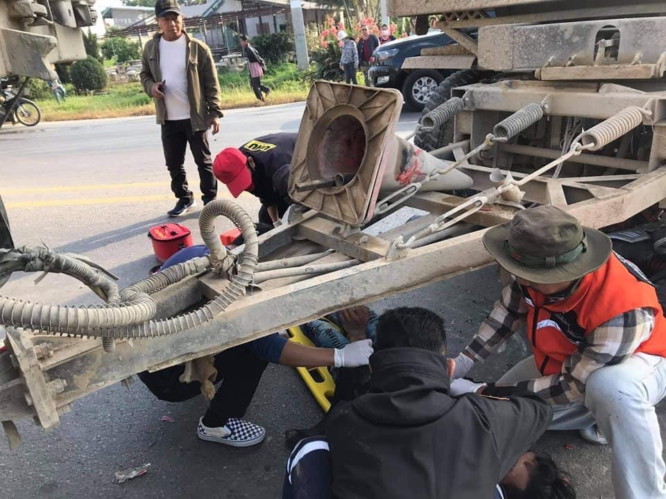สองหนุ่มซิ่ง จยย.ชนกลางลำรถพ่วง18ล้อเต็มเหนี่ยวคาใต้ท้องแต่หมวกกันน็อคช่วยรอดตายปาฏิหาริย์