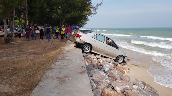 รถเก๋งพุ่งตกลงไปในทะเลจมน้ำ คาดพลาดไปเหยียบคันเร่งแทนเบรก