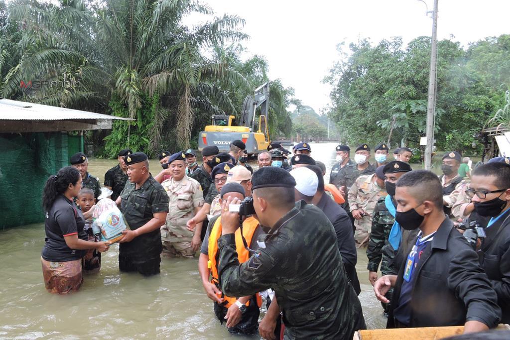 """""""บิ๊กเกรียง"""" รุดลงพื้นที่นราฯ มอบสิ่งของช่วยเหลือบรรเทาทุกข์เบื้องต้นให้ชาวบ้านถูกน้ำท่วม"""