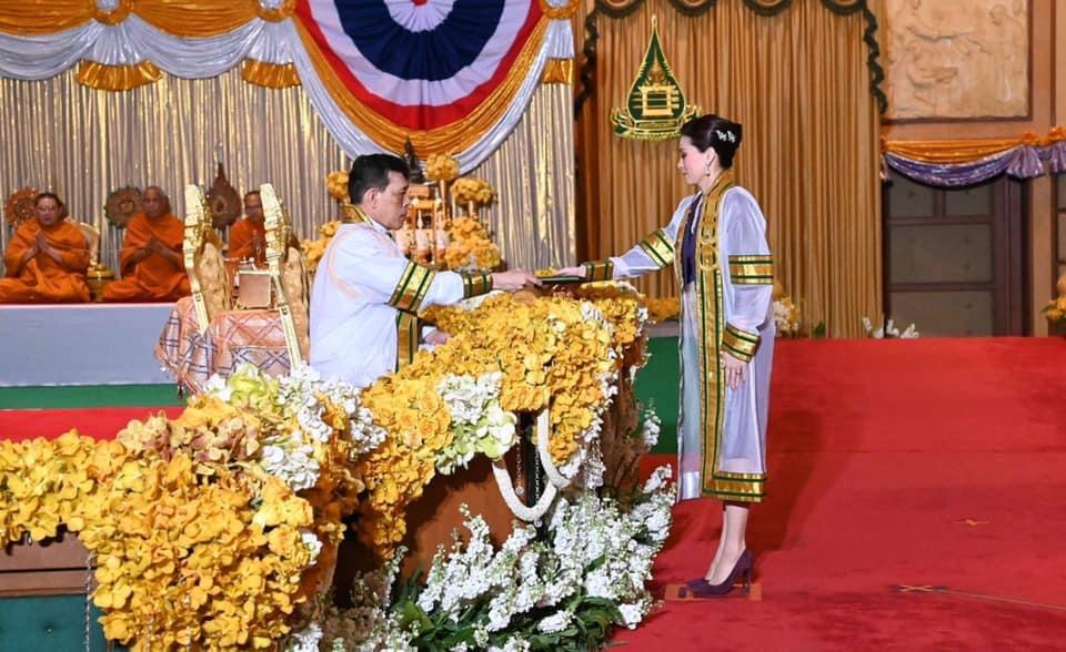 ในหลวง พระราชทานปริญาบัตรผู้สำเร็จการศึกษา มสธ. พระราชินีเฝ้าฯ รับพระราชทานปริญญารัฐประศาสนศาสตรดุษฎีบัณฑิตกิตติมศักดิ์