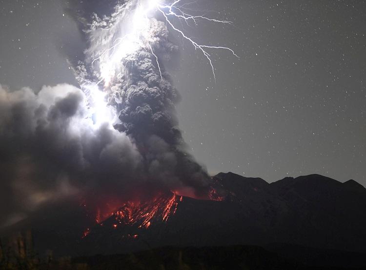 ภาพสุดสะพรึง!สายฟ้าขนาดใหญ่ฟาดใส่ภูเขาไฟทรงพลังของญี่ปุ่น