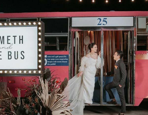 """งานรถเมล์ ก็ต้องมีรถเมล์สิคะ! ส่องบรรยากาศชิคๆ ฉลองมงคลสมรส """"รถเมล์ - บอล สุเมธ"""""""