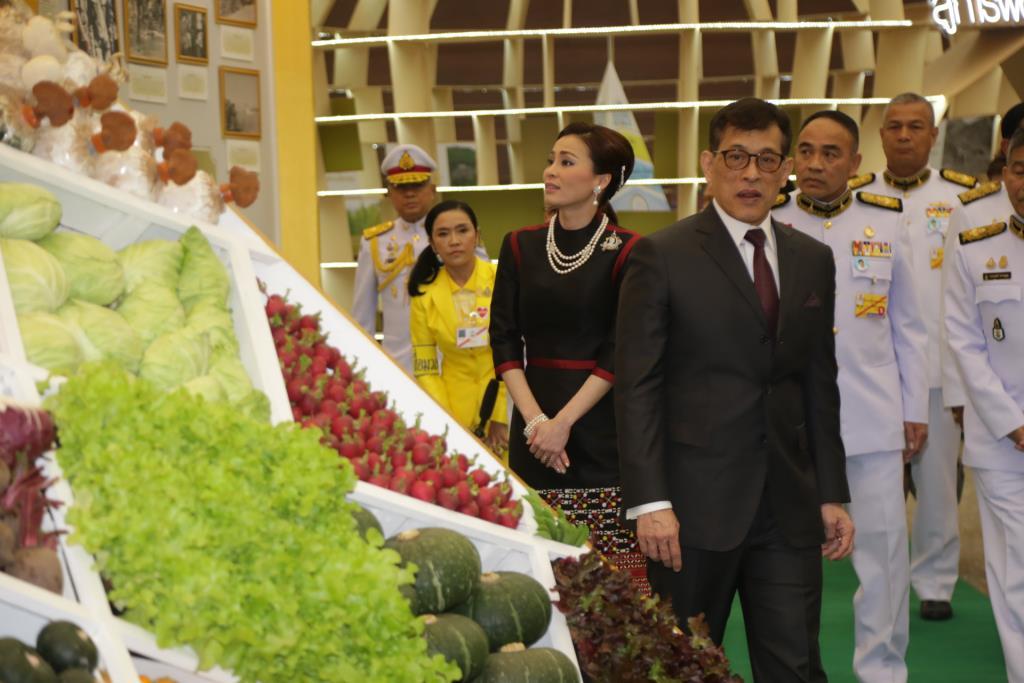 """ในหลวง-พระราชินี เสด็จฯ ทรงเปิดงาน """"โครงการหลวง"""" ณ อุทยานหลวงราชพฤกษ์ จ.เชียงใหม่"""