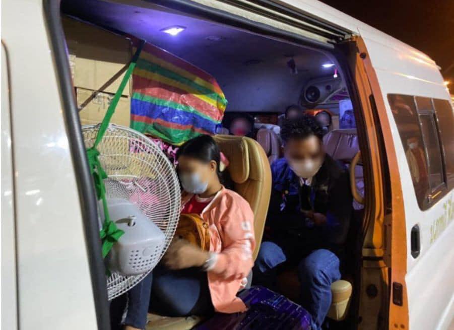 เสี่ยงกระจายเชื้อ สกัดจับรถตู้ขนเมียนมา 56 คนแอบส่งกลับประเทศ