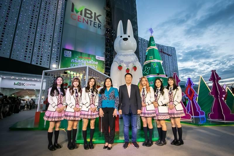 6 สาว BNK 48 ร่วมเปิดไฟต้นคริสต์มาสไทย มาลัยใบตอง สุดเก๋ไม่เหมือนใคร
