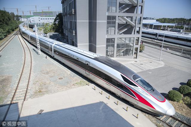 รถไฟหัวกระสุน รุ่นซีอาร์300 (CR300) สมาชิกใหม่ของรถไฟหัวกระสุนตระกูลฟู่ซิง ซึ่งปัจจุบันมีความเร็วระหว่าง 160-350 กิโลเมตรต่อชั่วโมง (ภาพซินหัว)