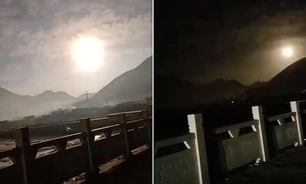 มันคืออะไร? ชาวบ้านจีนแตกตื่น ลูกบอลไฟยักษ์ส่องแสงจ้าพุ่งผ่านท้องฟ้าระดับต่ำ (ชมคลิป)