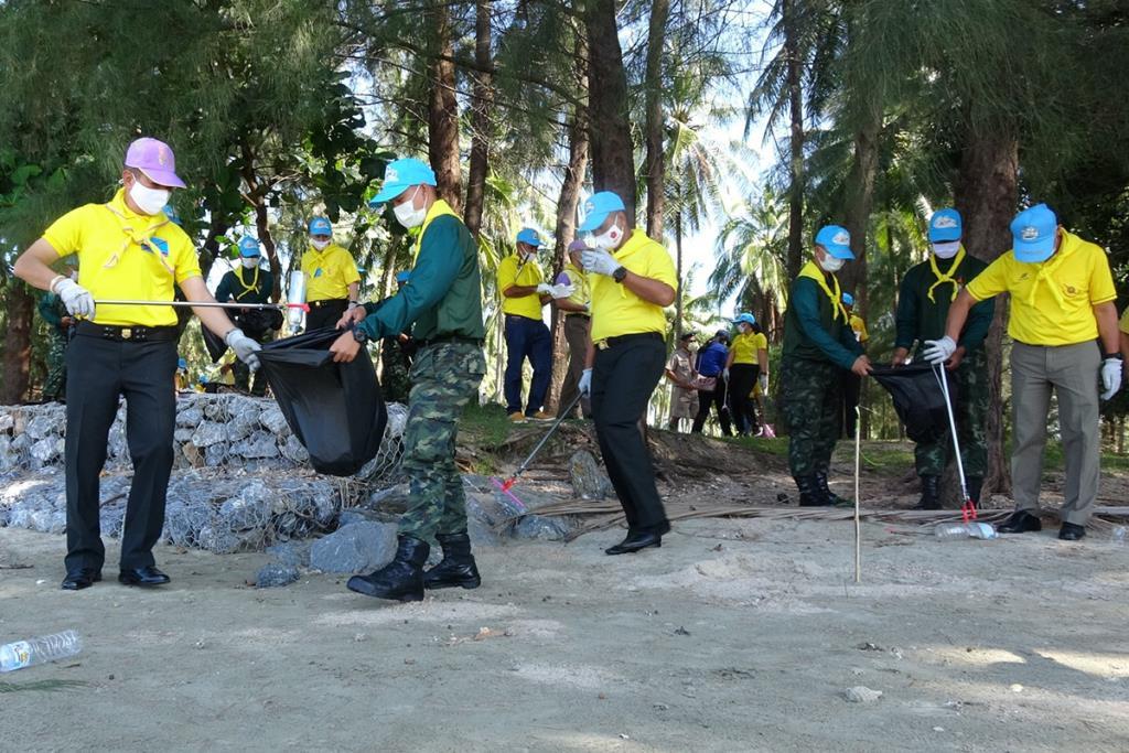 ทหาร-ชาวบ้านปกป้องชายหาดบ้านบ่อเจ็ดลูก ร่วมปลูกต้นไม้กันลม เก็บขยะฟื้นฟูพื้นที่ประสบวาตภัย