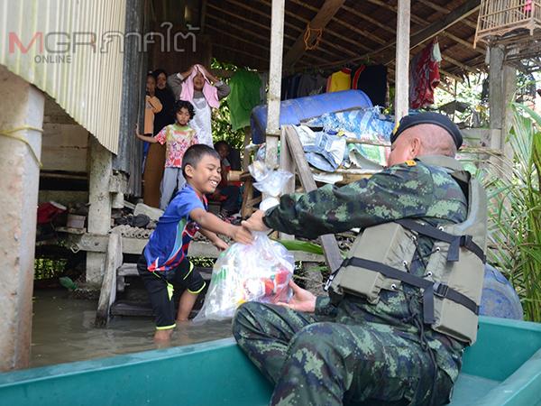 ผบ.ฉก.ปัตตานีนำถุงยังชีพลงเรือช่วยผู้ประสบภัยน้ำท่วมที่บ้านตะลุโบะ