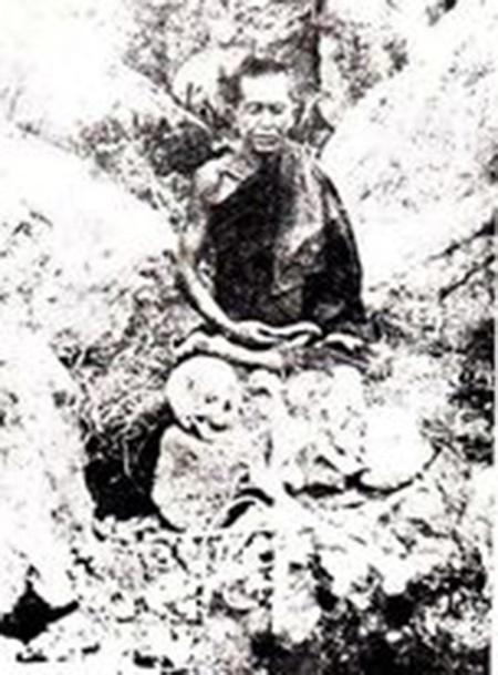 พระชินวรวงศ์ขณะนั่งวิปัสสนาที่เกาะจุลลังกา สถานที่ปลีกวิเวก