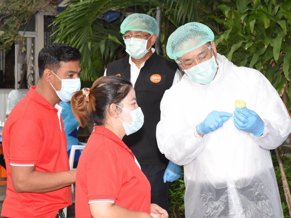 กทม. เก็บน้ำลายพนักงานโรงงานกลุ่มเสี่ยงคัดกรองเชื้อโควิค-19 หลังพบผู้ป่วยยืนยัน 21 ธ.ค. ที่ผ่านมา