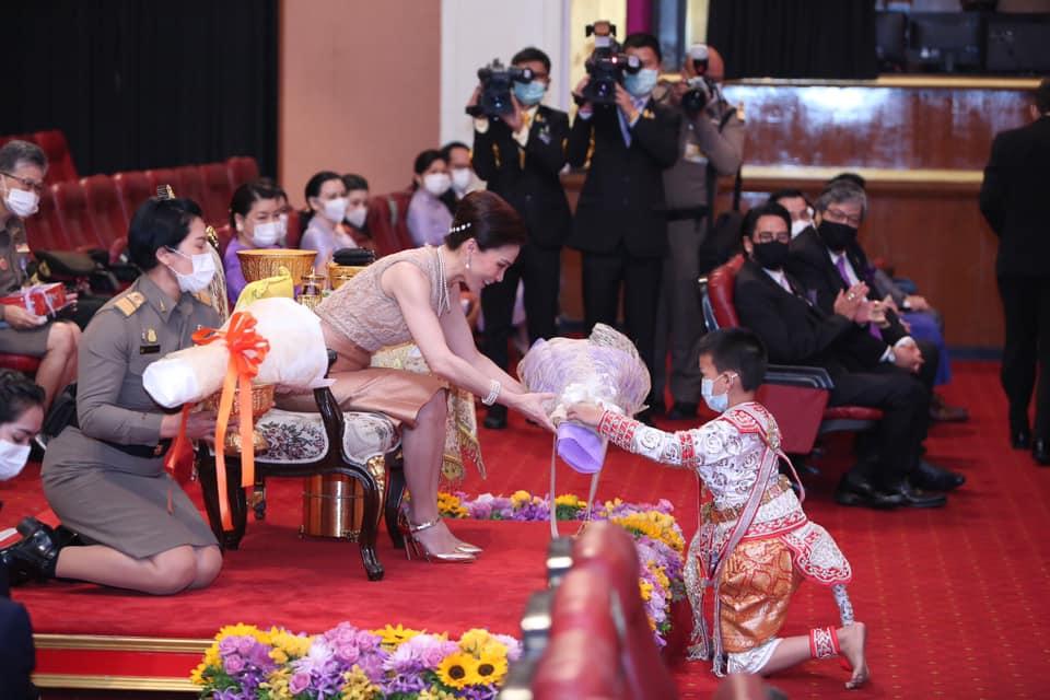 พระราชินี ทรงเยี่ยมชมร้านค้าในพระราชดำริ และทอดพระเนตรการแสดงโขน