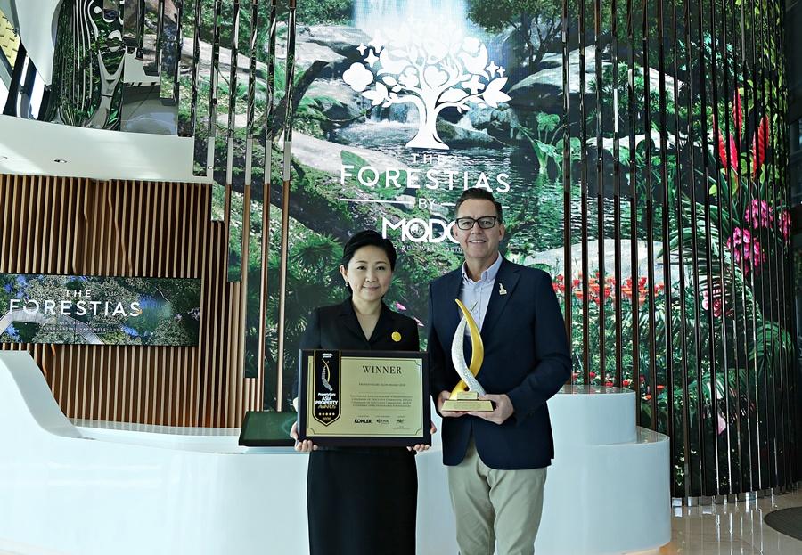 บรรยายใต้ภาพ: นายจูลส์ เคย์ (ขวา) กรรมการผู้จัดการ PropertyGuru Asia Property Awards  มอบรางวัล PropertyGuru Icon ประจำปี 2563 ให้แก่นางทิพพาภรณ์ (เจียรวนนท์) อริยวรารมย์ (ซ้าย) ผู้ก่อตั้งและประธานกรรมการบริษัท-ประธานกรรมการบริหาร บริษัท ดีทีจีโอ คอร์ปอเรชั่น จำกัด (DTGO) และประธานกรรมการบริษัท MQDC (บริษัทแมกโนเลีย ควอลิตี้ ดีเวล็อปเม้นต์ คอร์ปอเรชั่น จำกัด) ซึ่งเป็นสตรีคนแรกที่ได้รับรางวัลนี้