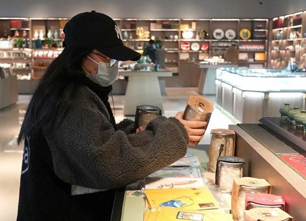(แฟ้มภาพซินหัว : นักท่องเที่ยวซื้อกล่องสุ่มในพิพิธภัณฑ์เหอหนานในเมืองเจิ้งโจว มณฑลเหอหนานทางตอนกลางของจีน เมื่อวันที่ 8 ธ.ค. 2020)