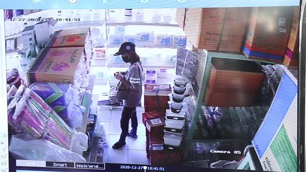 เตือนภัยคนกรุงเก่า..ระวัง โจรสาวสุดแสบ ตีเนียนเป็นลูกค้าเข้ามาในร้าน สุดท้ายขโมยเงินในลิ้นชักสูญนับหมื่นบาท