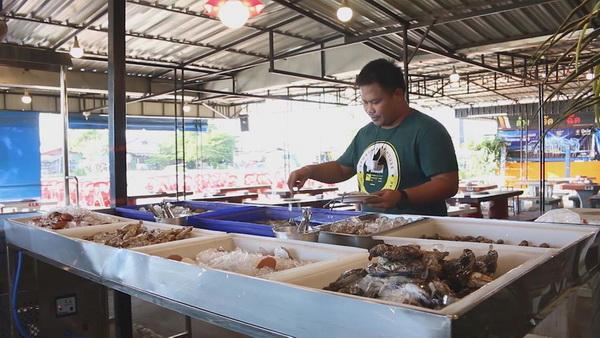 ร้านปิ้ง-ย่างซีฟู้ดส์จ.มุกดาหารโอดโควิดทำพิษ  ลูกค้าลดฮวบ  ย้ำอาหารทะเลปลอดภัย100%