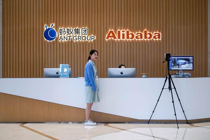 โลโก แอนต์ กรุ๊ป (Ant Group) และอาลีบาบา (Alibaba)  ที่สำนักงานใหญ่  ณ นครหังโจว มณฑเจ้อเจียง ภาพ 29 ต.ค.2020 (แฟ้มภาพ รอยเตอร์ส)