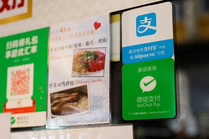แพลตฟอร์มชำระเงินออนไลน์ Alipay ของแอนต์ กรุ๊ป กับ WeChat Payของเทนเซนท์ ซึ่งเป็นสองเจ้าใหญ่ในตลาดการเงินออนไลน์จีน ภาพ 1 พ.ย. 2020 (แฟ้มภาพ รอยเตอร์ส)