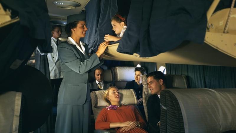 เที่ยวบินของแพน อเมริกัน เวิล์ด แอร์เวย์ หรือแพนแอมในทศวรรษ 1940-1960 เป็นตำนานวิมานเหินฟ้าที่ผู้โดยสารมหาเศรษฐีจะได้รับประสบการณ์ดีๆ ขณะเดินทางหนึ่งวันหนึ่งคืนข้ามมหาสมุทรแอตแลนติก ทั้งอาหารเลิศหรู ทั้งเก้าอี้นั่งกว้างขวาง อีกทั้งตู้นอนเหนือที่นั่ง ซึ่งผู้ชายตัวสูงๆ ก็สามารถเอนหลังและเหยียดเท้าได้เต็มที่
