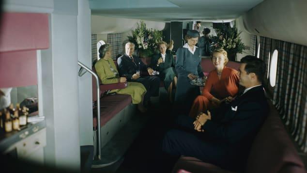 ผู้โดยสารในไฟล์ของแพนแอมจับกลุ่มสังสรรค์สนุกสนานที่เลาน์ชั้นล่าง ซึ่งเตรียมที่นั่งไว้บริการจำนวน 14 ที่นั่ง