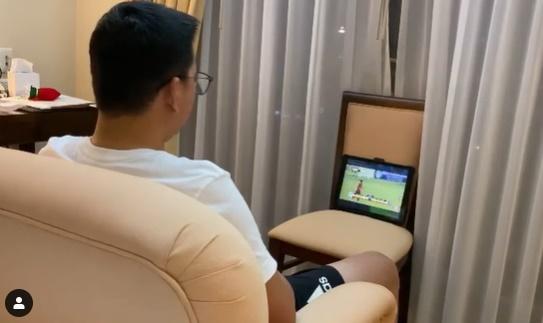 ซิโก้ กำลังศึกษาคลิปการเล่นของ ฮอง อันห์ ยาลาย