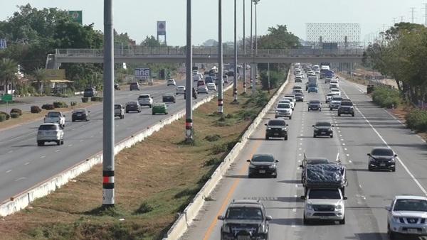 ถนนสายเอเชียยังหนาแน่นวันสิ้นปี  ชัยนาท ตั้งจุดตรวจรถโดยสาร แบบ New Normal